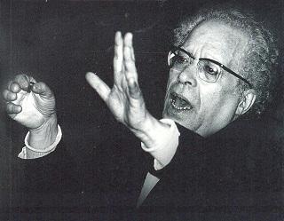 Fernando Lopes Graça a reger o Coro da Academia de Amadores de Música. Foto: Museu da Música Portuguesa. Clique para ampliar.