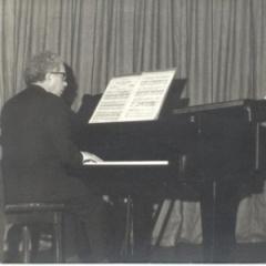 Lopes-Graça em apresentação na Academia de Amadores de Música.