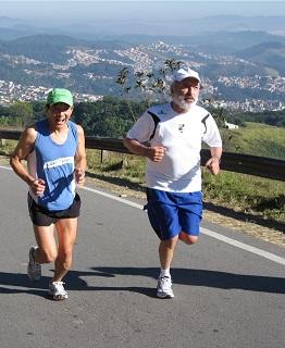 Elson Otake e J.E.M. próximos do topo do Pico do Jaraguá. 27/06/10. Clique para ampliar.