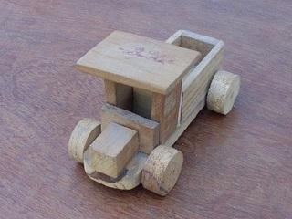 Bydlo, o pequeno caminhão de madeira. Clique para ampliar.