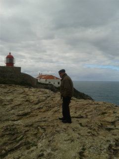 Firmino, o pescador, e o farol do Cabo de São Vicente. Foto: Ana Clara.